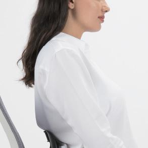 背中を伸ばして肩はしっかり後ろにして正しく座ります。