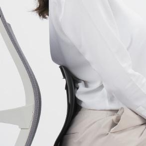 三つの正常な脊椎屈曲が座ったときにも維持されなければならず、丸くした小さいタオル、脊椎支持台などを使って、脊椎の曲線を維持します。脊椎支持台を使わない場合には下記の事項を参考し、正しい座り方を維持しなければなりません。最大限椅子の奥深く座ります。体を真っすぐに伸ばすなど背中の曲線を最大限強調し、何秒間姿勢を維持します。姿勢を少し弛緩します。(10度ほど)これが正しい座り方です。