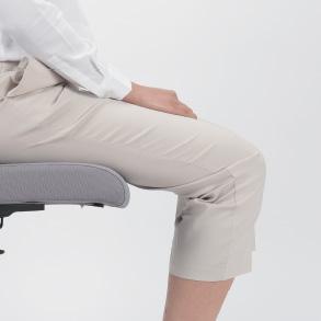 正しい角度で膝を曲げて膝がお尻と同じ位置または若干高く位置されるようにします。(足掛けなどを使う)足は組まないでください。
