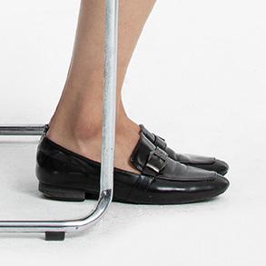 足は床と水平になるように置きます。